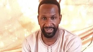 Capture d'écran du 5 mai 2021 issue d'un vidéo de propagande circulant sur les réseaux sociaux montrant le journaliste français Olivier Dubois, kidnappé un mois plus tôt au Mali, par un groupe djihadiste lié à Al Qaeda. (AFP / SOCIAL MEDIA)