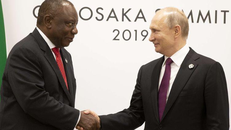 Le président sud-africain, Cyril Ramaphosa, et son homologue russe, Vladimir Poutine (à droite), au sommet du G20 à Osaka le 28 juin 2019    (ALEXANDER ZEMLIANICHENKO/AP/SIPA / AP)