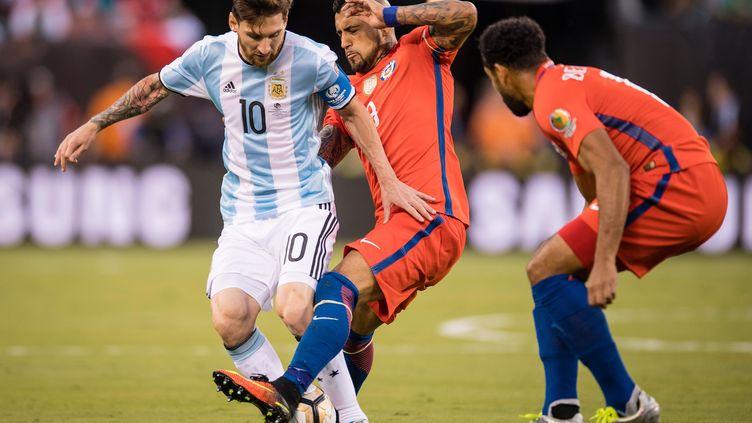 Lionel Messi bien pris par Arturo Vidal  (STRINGER / ANADOLU AGENCY)