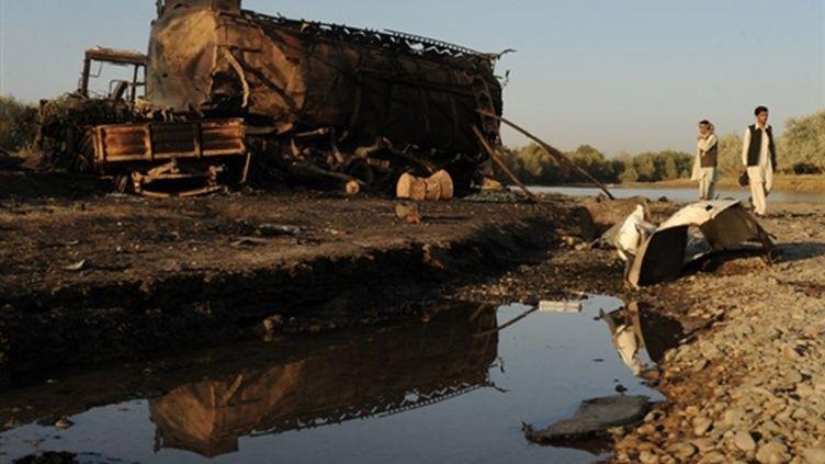 Un camion-citerne détourné par les talibans et bombardé par l'Otan près de Kunduz, en l'Afghanistan (4 septembre 2009) (© AFP / Massoud Hossaini)
