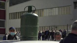 Les salariés de la fonderie automobile MBF menacent de tout faire sauter si leurs machines sont vendues. Le tribunal de commerce de Dijon (Côte-d'Or) doit se prononcer sur la suite, mardi 25 mai : le site pourrait fermer. (CAPTURE D'ÉCRAN FRANCE 2)