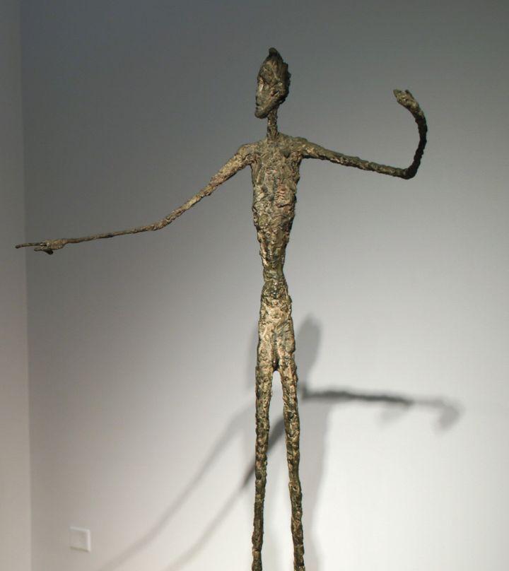 """Vente record pour une statue de Giacometti avec """"L""""homme au doigt"""".  (EDUARDO MUNOZ ALVAREZ / AFP)"""