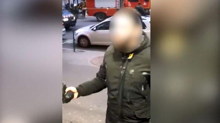 Une vidéo diffusée sur les réseaux sociaux présente un échange tendu entre le salarié d'une boulangerie-pâtisserieet un agent des forces de l'ordre, samedi 2 février 2019, à Paris. (LA FRANCE EN COLERE / FACEBOOK)