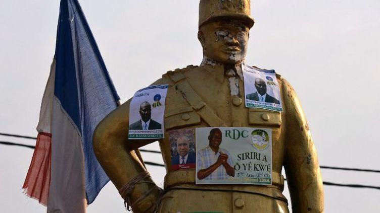 23 décembre 2015. Affiches de campagne sur la sculpture du sous-lieutenantAlbert Georges Koudoukou dans le quartier musulman du PK5, à Bangui (Centrafrique).