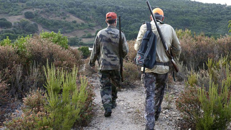 Deuxchasseurs en Corse, le 21 août 2021. (PASCAL POCHARD-CASABIANCA / AFP)