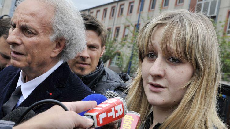 La mère de Fiona,Cécile Bourgeon, s'adrese aux journalistes demandant qu'on retrouve sa fille, le 16 mai 2013, à Clermont-Ferrand (Puy-de-Dôme. (THIERRY ZOCCOLAN / AFP)