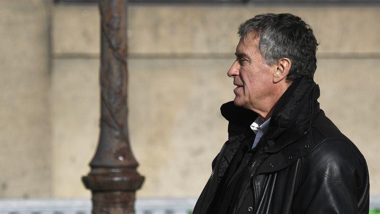 """L'ancien ministre du Budget, Jérôme Cahuzac, quitte la cour d'assises de Paris lors de son procès pour """"fraude fiscale"""" et """"blanchiment de fraude fiscale"""", le 12 février 2018. (ERIC FEFERBERG / AFP)"""