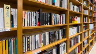Les rayonnages de la librairie Ombres Blanches à Toulouse, le 14 septembre 2021 (SANDRINE MARTY / HANS LUCAS)