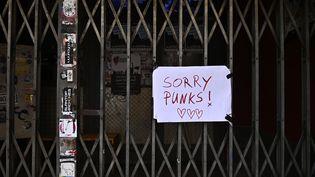 """Le club """"SO36"""" à Berlin (Allemagne) fermé avec une inscription """"désolé les punks"""", à cause du coronavirus, le 15 mars 2020. (TOBIAS SCHWARZ / AFP)"""