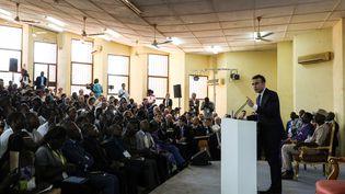 Le président Emmanuel Macron devant les étudiants de l'université de Ouagadougou, lors de sa première tournée africaine. Burkina Faso, le 28 novembre 2017. (LUDOVIC MARIN / AFP)