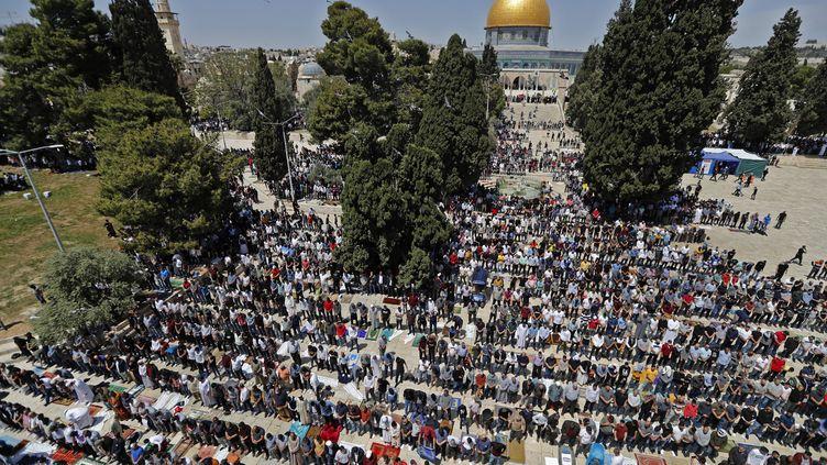 Des Palestiniens participent à la première prière du vendredi pendant le ramadan, dans l'enceinte de la mosquée Al-Aqsa, troisième site sacré de l'islam, dans la vieille ville de Jérusalem, le 16 avril 2021. (AHMAD GHARABLI / AFP)