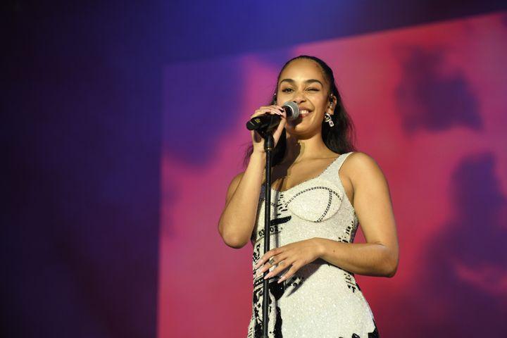 Le joli clin d'oeil de la chanteuse anglaise Jorja Smith, samedi 24 août 2019 à Rock en Seine. (NATHALIE GUYON/ FTV)