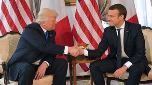 Donald Trump et Emmanuel Macron à Bruxelles, le 25 mai 2017. (MANDEL NGAN / AFP)