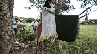 Une femme vote dans la ville de Tikul, à 15 km à l'est de Mekele, dans la région du Tigré, en Ethiopie, le 9 septembre 2020. (EDUARDO SOTERAS / AFP)