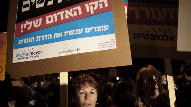 Une manifestation de femmes protestant contre la ségrégation dont elles sont victimes, en décembre 2011, à Beit Shemesh. (MENAHEM KAHANA / AFP)