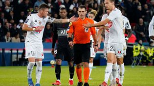 Les Angevins réclament à l'arbitre une révision de sa décision lors du match entre le PSG et Angers, le 15 octobre 2021. (DAVE WINTER/SHUTTERSTOCK/SIPA / SHUTTERSTOCK)
