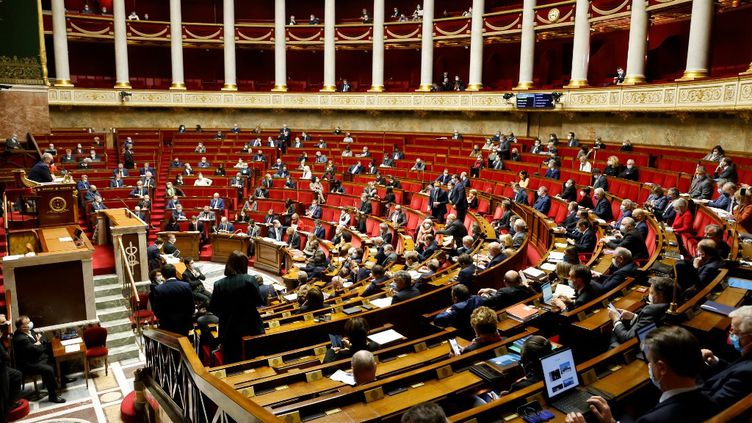 Les députés à l'Assemblée nationale, à Paris, le 9 février 2021. (LUDOVIC MARIN / AFP)