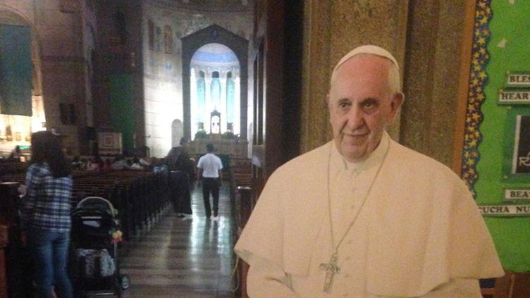 (Des affiches à l'effigie du pape fleurissent dans les églises américaines © Radio France - Frédéric Carbonne)