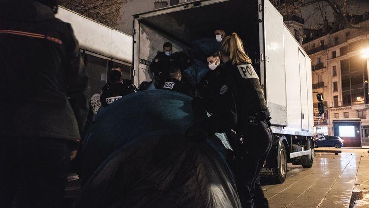 La police démantèle des tentes de migrants installées place de la République, à Paris, le 23 novembre 2020. (LUCAS BOIRAT / HANS LUCAS / AFP)