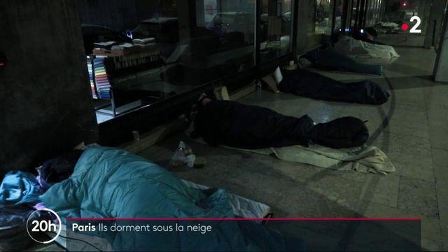 Paris : des sans-abris dorment sous la neige