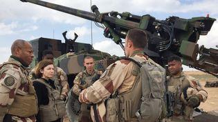 """Le général français Jean-Marc Vigilant et la ministre française des Armées Florence Parly s'entretiennent avec des soldats français engagés dans l'""""Opération Chammal"""" en Irak, à Al-Qaim, le 9 février 2019. (DAPHNE BENOIT / AFP)"""