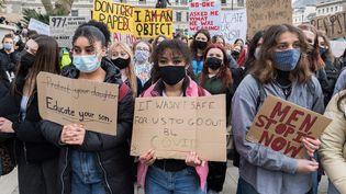 Des manifestantes prennent part à un rassemblement contre les violences faites aux femmes à Londres (Royaume-Uni), le 3 avril 2021. (WIKTOR SZYMANOWICZ / NURPHOTO / AFP)
