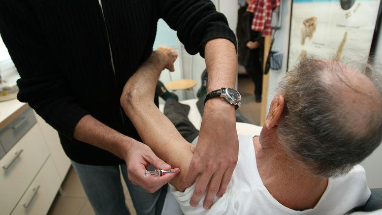 Un patient se fait vacciner contre la grippe, le 6 décembre 2010 à Avignon (Vaucluse). (MAXPPP)