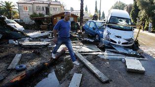 Dans une rue de Biot (Alpes-Maritimes), le 4 octobre 2015, au lendemain de pluies diluviennes qui ont causé la mort de nombreuses personnes dans le département. (JEAN-CHRISTOPHE MAGNENET / AFP)