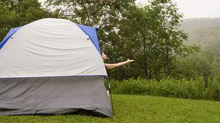 En raison de la pluie, les campings sont loin d'afficher complet. (SONYA FARRELL / IMAGE SOURCE / AFP)