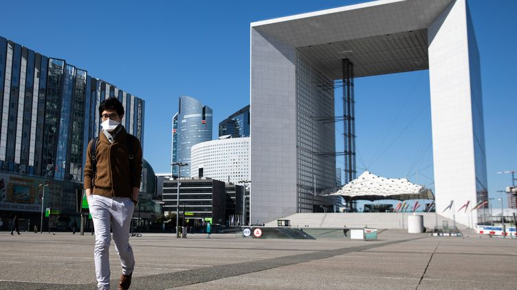 Dans le quartier d'affaires de la Défense, le 24 mars 2020 (photo d'illustration). (ALEXIS SCIARD / MAXPPP)