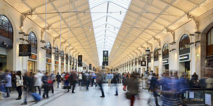 La salle des pas perdus de la Gare Saint-Lazare, un lieu de transit doté d'une verrière à regarder de plus près.  (François Renault / Photononstop / AFP)