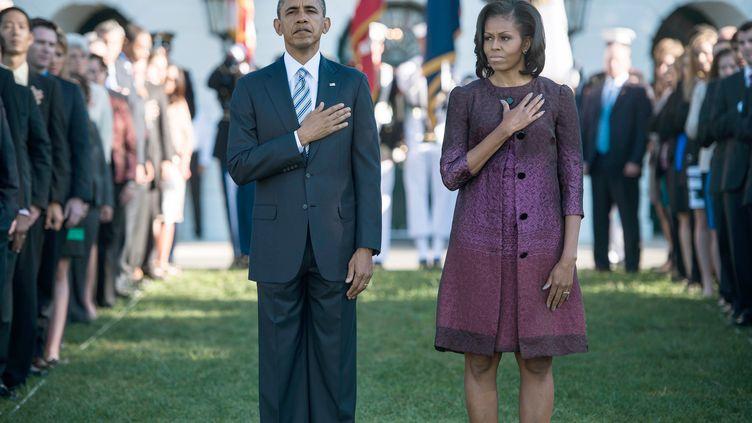 A Washington, le président Barack Obama et son épouse Michelle, se sont recueillis dans les jardins de la Maison Blanche pour se souvenir des attentats du 11 septembre 2001. Uneminute de silence a été observée. (BRENDAN SMIALOWSKI / AFP)