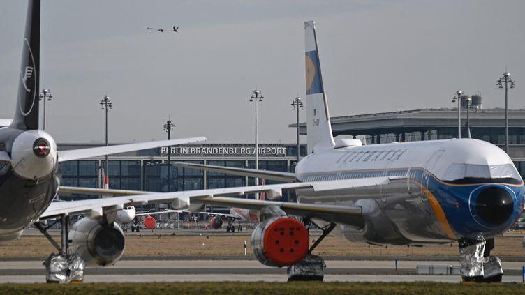 Des avions de la compagnie allemande Lufthansa à l'aéroport de Berlin Brandebourg. (TOBIAS SCHWARZ / AFP)