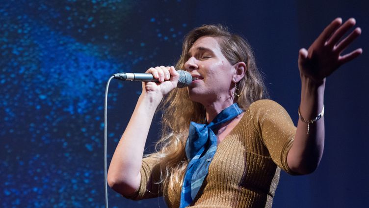 La chanteuse Barbara Carlotti lors d'un concert en 2018 (EMMA PROSDOCIMI/SIPA)