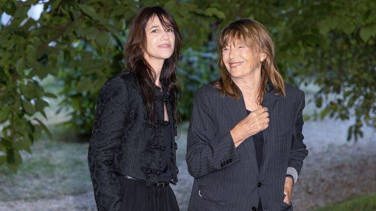 """Charlotte Gainsbourg et Jane Birkin au Festival d'Angoulême pour présenter le film """"Jane par Charlotte"""", le 27 août 2021 (YOHAN BONNET / AFP)"""