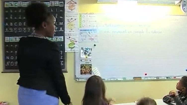 A Saint-Denis (Seine-Saint-Denis), Djelika Darbo, une enseignante, applique avec ses élèves une méthode qui vient de Singapour. Une méthode qui a permis à ce pays d'Asie d'être en tête de tous les classements internationaux (France 2)