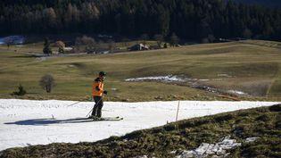 Dans les Alpes (ici en Suisse, le 28 décembre), l'enneigement naturel est très inférieur à la moyenne saisonnière. Les skieurs doivent se contenter de neige articficielle. (FABRICE COFFRINI / AFP)
