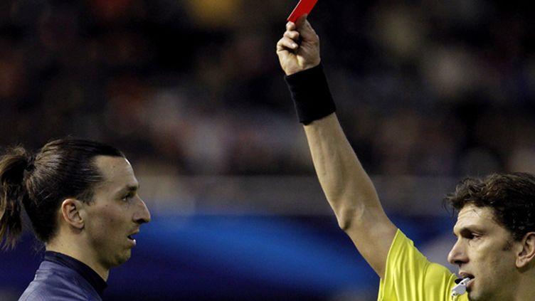 Paolo Tagliavento adresse un carton rouge à Zlatan Ibrahimovic (JUAN CARLOS CARDENAS / MAXPPP)