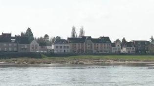 Depuis le début de la semaine, notre vie a été bouleversée dans les grandes villes et en régions. Une équipe de France 2 est partie à la rencontre des habitants de Gien (Loiret), une ville réputée pour sa porcelaine. (FRANCE 2)