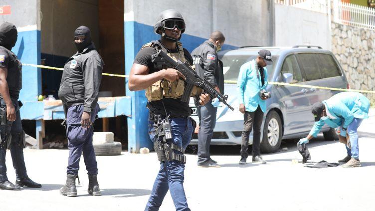 Des membres de la police haïtienne près de la résidence du président Jovenel Moïse, assassiné à son domicile dans la nuit du 6 au 7 juillet 2021, le 7 juillet à Port-au-Prince (Haïti). (VALERIE BAERISWYL / AFP)