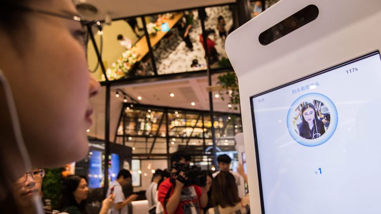 Une femme procède au paiement de son addition dans un restaurant par reconnaissance faciale à Hangzhou (Chine), photo d'illustration. (MAXPPP)