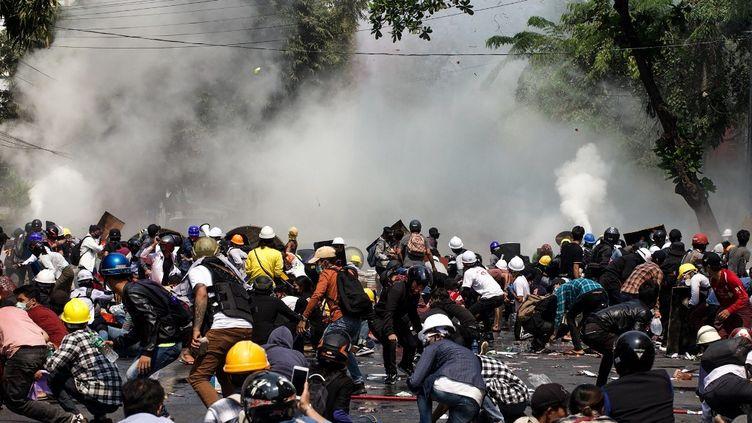 Du gaz lacrymogène est tiré sur des personnes qui manifestentcontre le coup d'Etat militaire, à Mandalay(Birmanie), le 3 mars 2021. (AFP)
