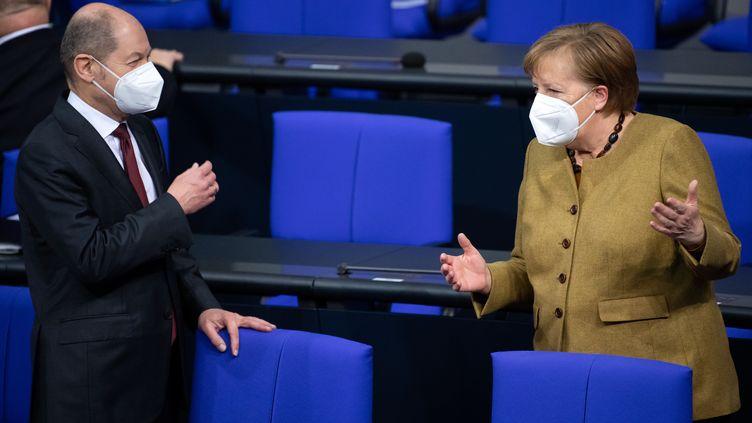 Olaf Schuolz (à gauche),vice-chancelier et ministre des Finances allemand et Angela Merkel, chancelière, au parlement allemand, le 28 janvier 2021. (BERND VON JUTRCZENKA / DPA)