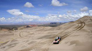 La Peugeot de Carlos Sainzet Lucas Cruz dévale les pisteslors de la quatrième étape du Dakar 2017, le 5 janvier 2017 en Bolivie. (FRANCK FIFE / AFP)