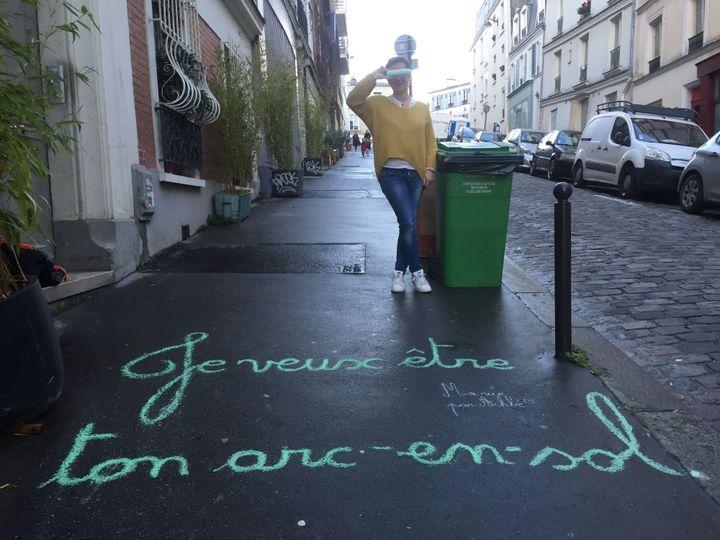 Claudie alias Achbé dans sa rue montmartroise, fin janvier 2018.  (Laure Narlian / Culturebox)