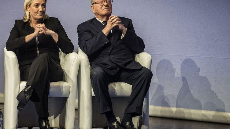 Jean-Marie Le Pen, président d'honneur du Front national, à Lyon (Rhône) en compagnie de sa fille Marine Le Pen, le 29 novembre 2014. (JEFF PACHOUD / AFP)