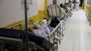 Une patiente est allongée sur un lit d'hôpital dans uncouloir du Centre hospitalier intercommunal de Villeneuve-Saint-Georges (Val-de-Marne), le 4 janvier 2017. (THOMAS SAMSON / AFP)
