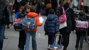 Des enfants vont à l'école à Paris, le 16 novembre 2015, trois jours après les attentats dans la capitale. (KENZO TRIBOUILLARD / AFP)