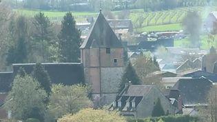 Dans un village du Nord, depuis plus de vingt ans, des bénévoles financent la rénovation de l'église de leur village grâce à la vente de livres d'occasion. (France 2)