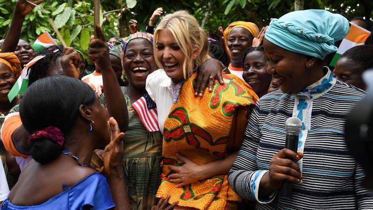 Ivanka Trump, la fille et conseillère du président américian Donald Trump, lors de sa visite d'une ferme cacaoyère à Adzopé, au nord d'Abidjan, la capitale économique de Côte d'Ivoire. (ISSOUF SANOGO / AFP)